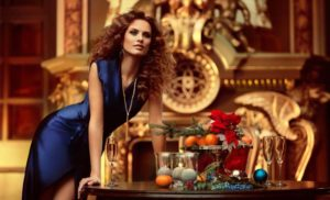девушка в синем платье на новый год